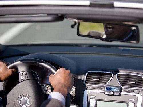 Водитель говорит по громкой связи
