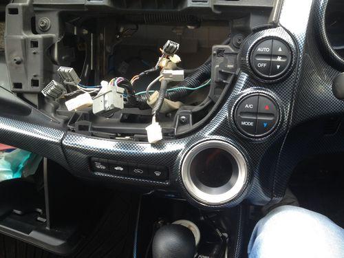 Снятая магнитола в машине
