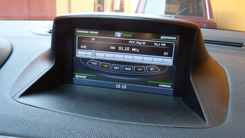 Штатная магнитола в автомобиле