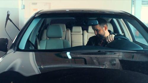 Комик Белый в своем автомобиле